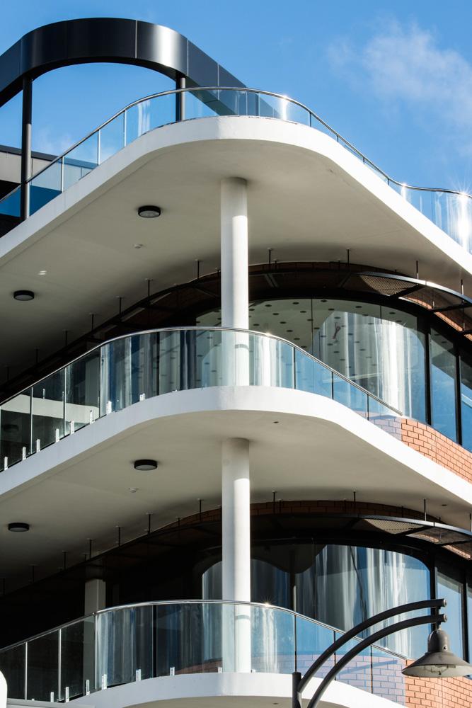 Glass Railing System Glass Balcony Glass Railing: Balcony Curved Class Railing 10-24mm Tempered Glass Australia Standard Spigot Glass Fence